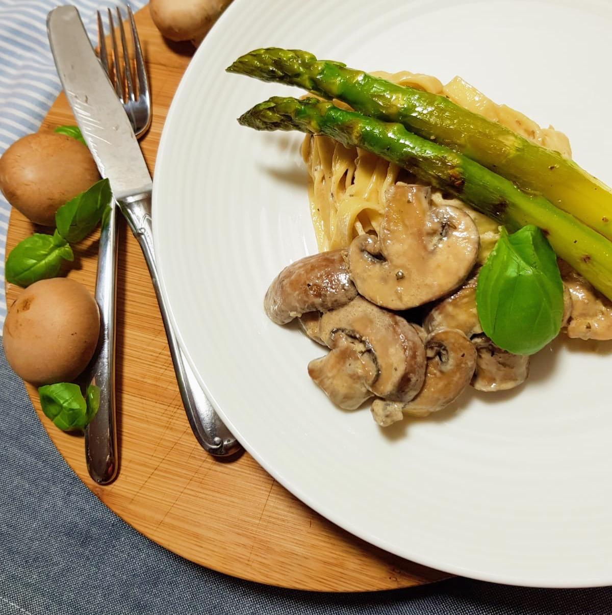 Pasta met kastanje champignons en asperges
