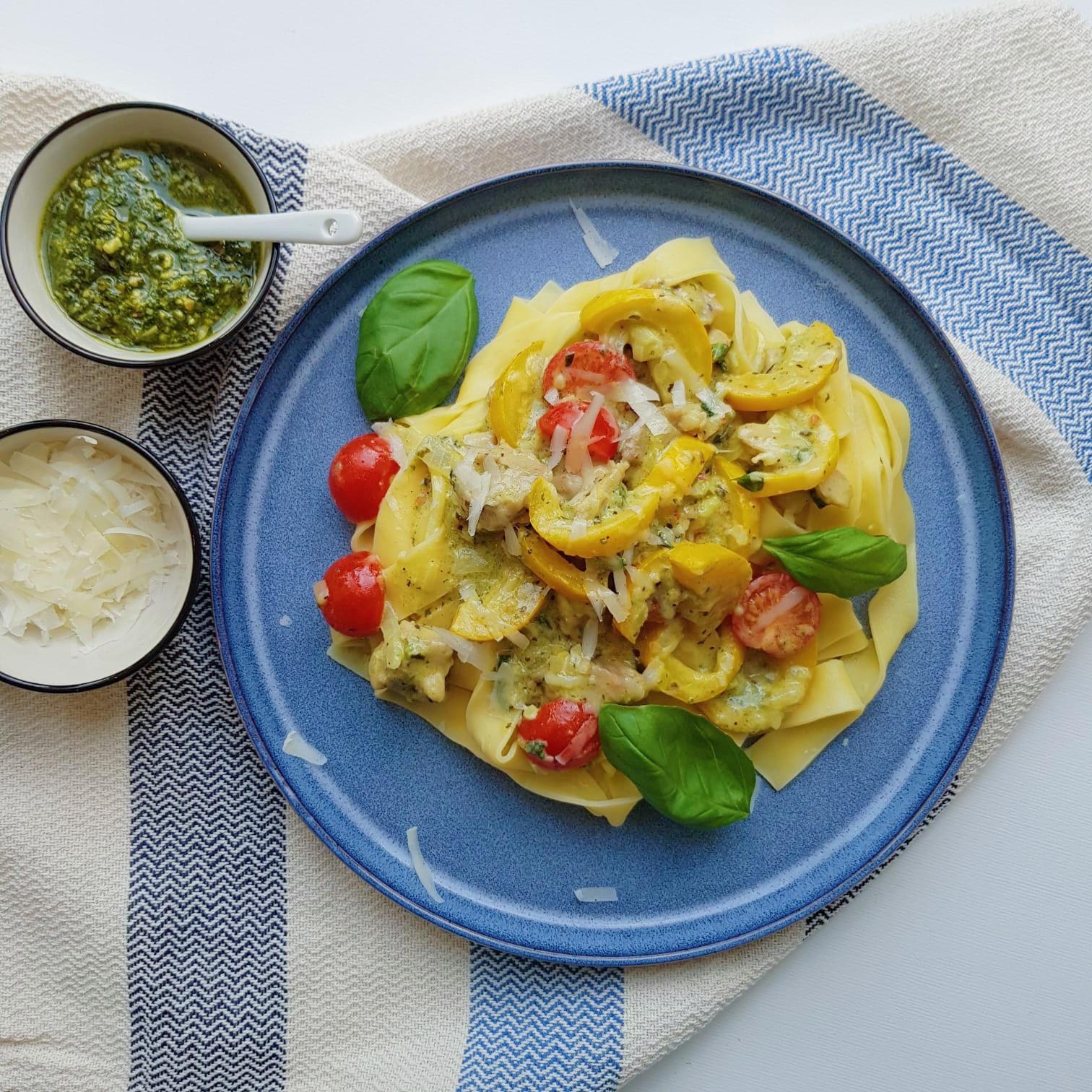 Pasta met gele courgette en pesto