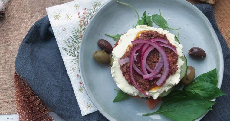 Griekse salade torentje met opgeklopte feta